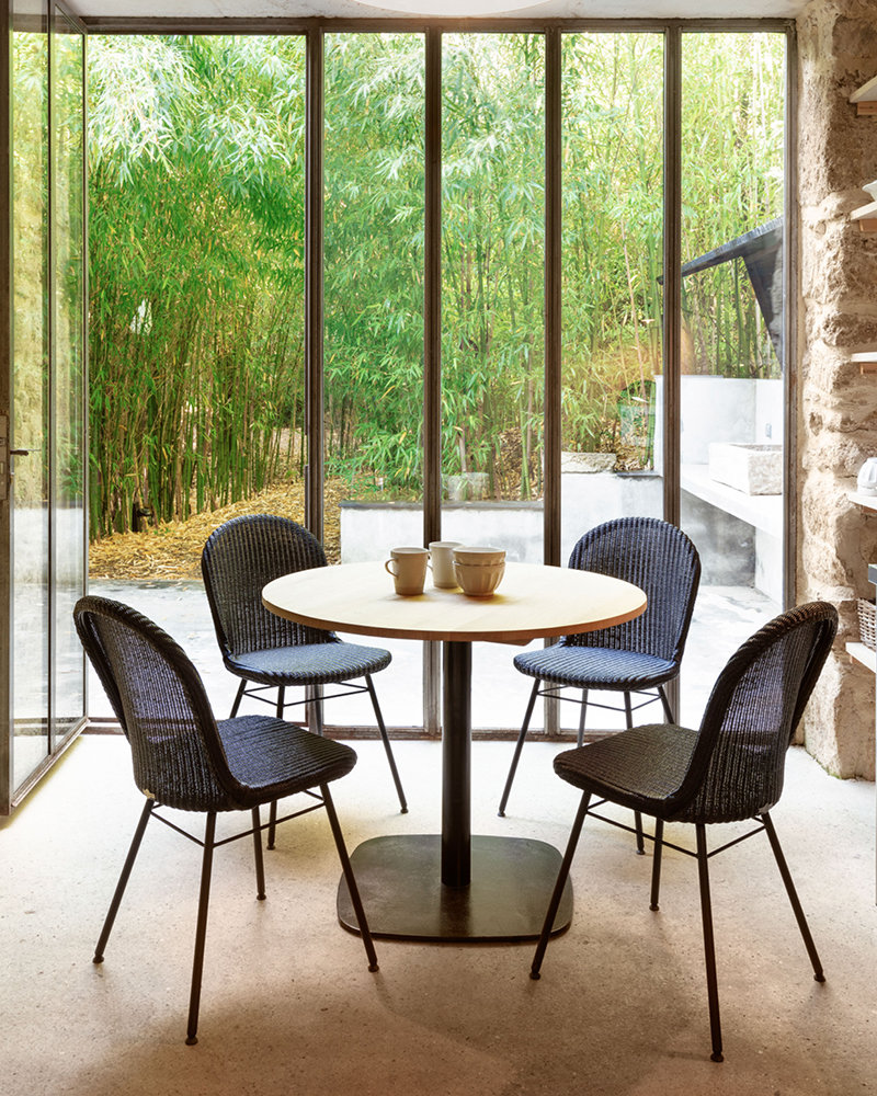 vincent-sheppard-bistro-dining-table-black-rounded-base-Yann-dining-chair-steel-A-base