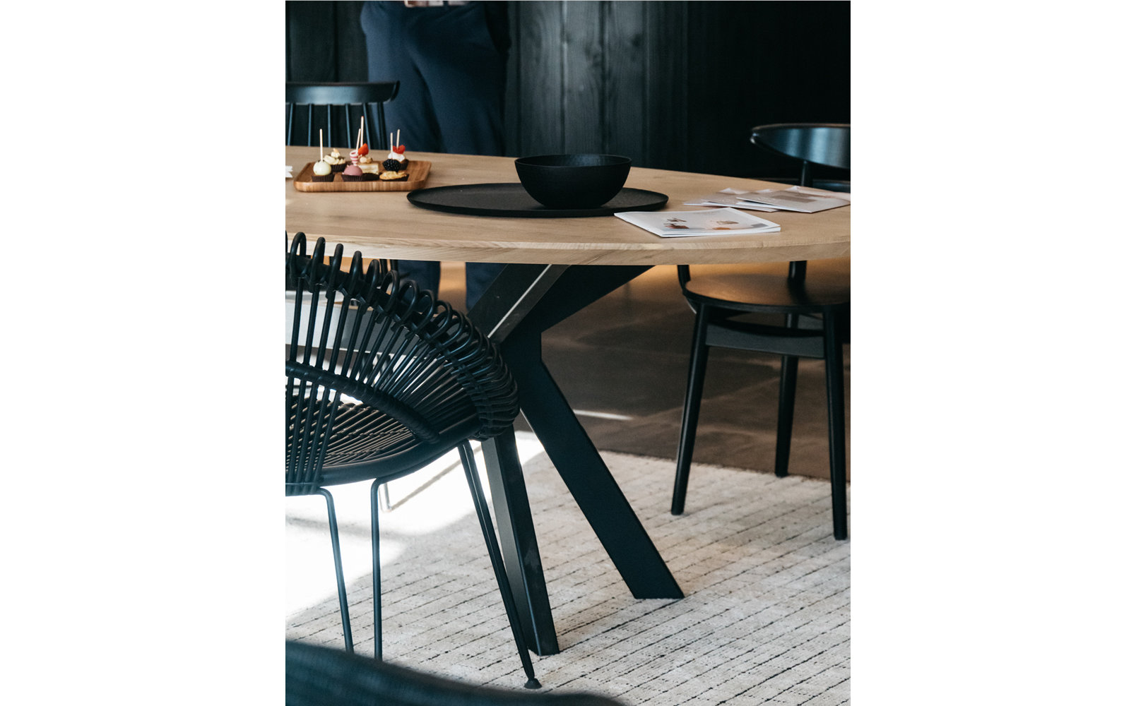 Vincent-Sheppard-albert-dining-table-ellipse-curly-dining-chair