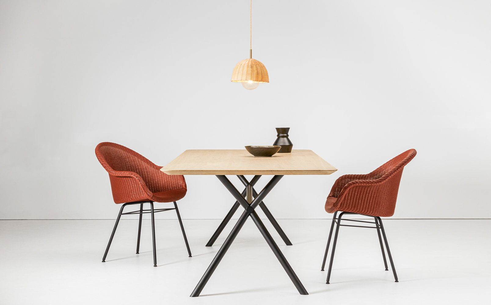 vincent-sheppard-elias-dining-table-avril-HB-dining-chair-luna-lamp
